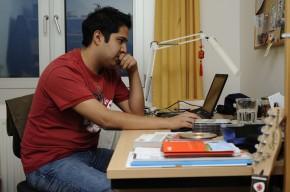 Jorge, 25, aus Mexiko sitzt am Schreibtisch in seinem Zimmer in einem Hamburger Studentenwohnheim.